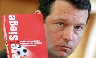 L'enquêteur canadien, Declan Hill, lors de la sortie de son livre sur la corruption dans le football, le 1er septembre 2008.
