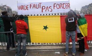Ils sont coiffeurs, restaurateurs ou financiers: à des milliers de kilomètres de leur pays natal, des Sénégalais vivant à Paris scrutent avec inquiétude la situation politique à Dakar, redoutant des violences à la veille du scrutin controversé de dimanche.