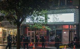 """La police interrogeait mercredi l'auteur présumé de la fusillade qui a fait un mort et un blessé grave près de la salle où le Parti Québécois célébrait sa victoire électorale, un sexagénaire qui a crié """"Les Anglais se réveillent"""" au moment de son arrestation."""