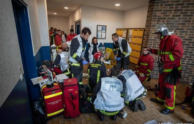 Les pompiers sont intervenus pour évacuer la cinquantaine d'habitants de cet immeuble à Ivry-sur-Seine.
