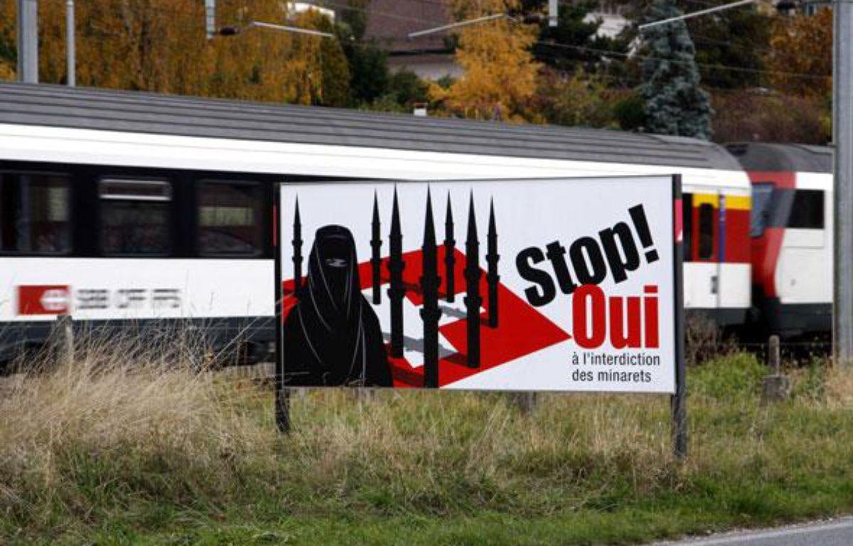Une pancarte appellant à voter en faveur de l'interdiction de la construction de minarets, en Suisse, le 14 novembre 2009. – IBO/SIPA