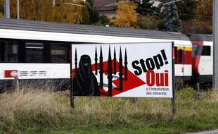 Une pancarte appellant à voter en faveur de l'interdiction de la construction de minarets, en Suisse, le 14 novembre 2009.