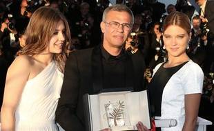 Le réalisateur Abdellatif Kechiche (au centre) avec sa Palme d'or et les  deux actrices de «La vie d'Adèle», Adèle Exarchopoulos (à gauche) et  Léa Seydoux (à droite), à Cannes en 2013.