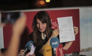 L'épouse de l'homme d'affaires emprisonné Nabil Karoui montre à la presse une lettre de son mari où il salue «un jour exceptionnel pour la démocratie et pour l'histoire du pays», à Tunis le 15 septembre 2019.