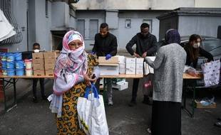 Une habitante du quartier défavorisé Maison Blanche à Marseille participe à une distribution de nourriture pendant le confinement