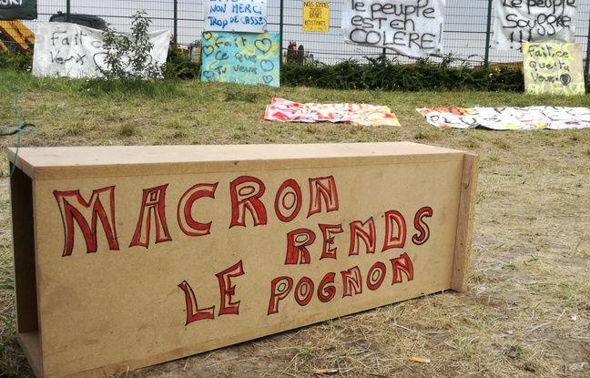 Vestiges de manifestations des «gilets jaunes» sur le rond-point du MIN de Lomme, près de Lille.