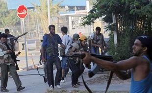 Des rebelles libyens dans les rues du quartier d'Abu Salim à Tripoli le 25 août 2011.