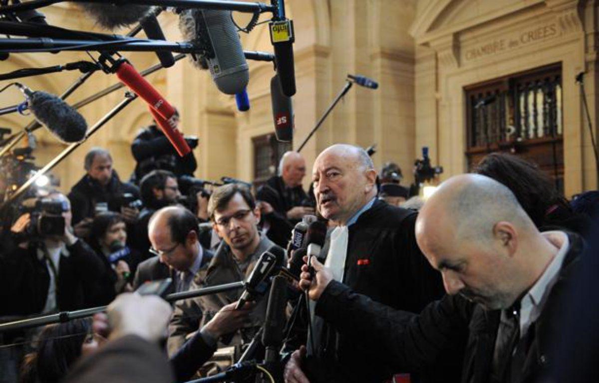 Georges Kiejman interrogé à l'issue de la première journée d'audience du procès de Jacques Chirac, son client, dans l'affaire des emplois fictifs, le 7 mars 2011 au palais de justice de Paris.  – no credit