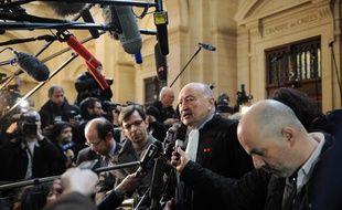 Georges Kiejman interrogé à l'issue de la première journée d'audience du procès de Jacques Chirac, son client, dans l'affaire des emplois fictifs, le 7 mars 2011 au palais de justice de Paris.