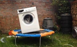 Un lave-linge sur un trampoline.