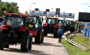 Des agriculteurs en route pour Paris sur l'A4 le 2 septembre 2015 près de Reims