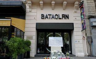 Des fleurs devant le Bataclan, où a eu lieu une tuerie le soir du 13 novembre 2015.