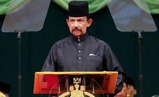 Le Brunei, un petit sultanat situé sur l'île de Bornéo, a approuvé mardi la mise en place de la charia (loi islamique) qui prévoit notamment la lapidation en cas d'adultère.