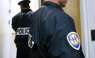 Des membres de la PAF (police de l'air et des frontières).