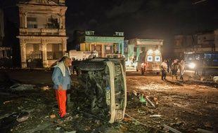 Une voiture renversée par la tornade dans le quartier de Luyano, à Cuba, le 28 janvier 2019.