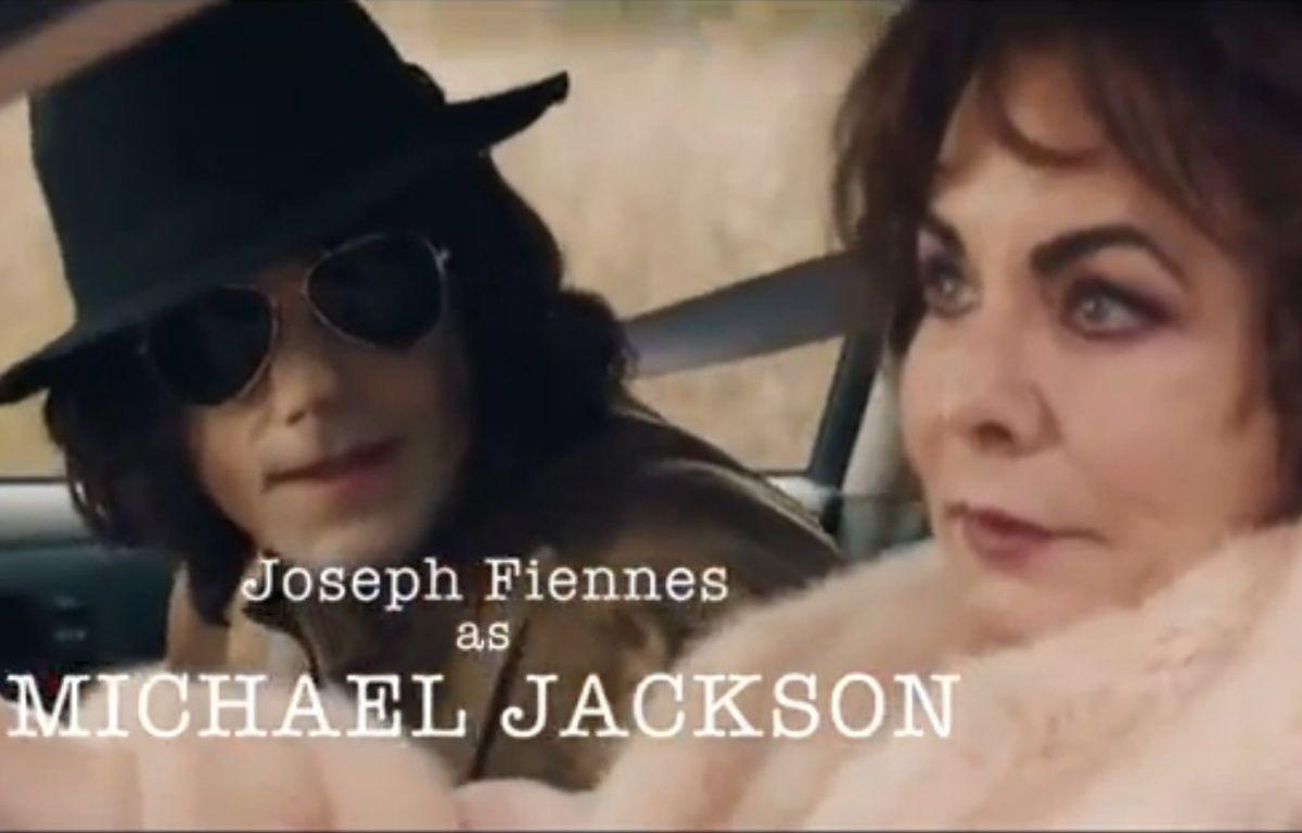 Joseph Fiennes apparaît dans un épisode avec Elizabeth Taylor et Marlon Brando. – Capture d'écran