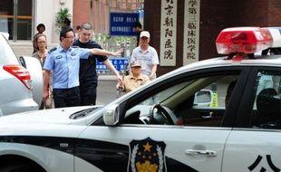 L'avocat aveugle Chen Guangcheng, qui attend toujours son passeport pour partir aux Etats-Unis, a accusé jeudi les autorités de tenter de se venger de son évasion de résidence surveillée en privant son neveu de liberté et en menaçant certains de ses proches.