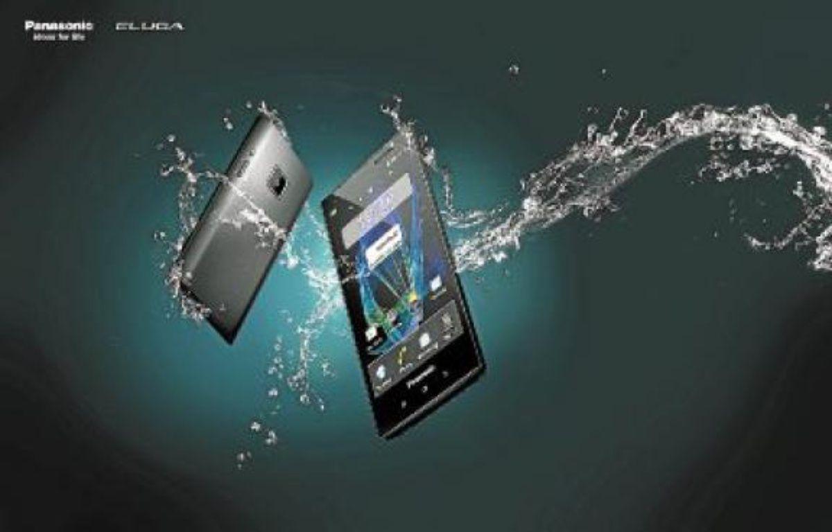 Avec Eluga, on peut même téléphoner sous la douche. –  Panasonic