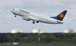 Le transporteur aérien allemand Lufthansa va prendre une part de 19% du capital de la compagnie à bas prix américaine JetBlue pour un montant de 300 millions de dollars environ, ont annoncé jeudi conjointement les deux groupes.