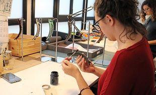 Dans cette maroquinerie le cuir est soigneusement peint à la main pour un résultat raffiné et de qualité.