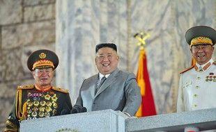 Photo officielle de l'agence étatique KCNA, où l'on voit Kim Jong Un lors d'une parade militaire géante à Pyongyang, le 10 octobre 2020.