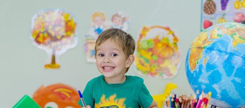 Illustration d'un petit garçon à l'école.
