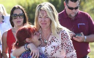Des familles attendent d'avoir des nouvelles après une fusillade au lycée Marjory Stoneman Douglas à Parkland, en Floride, le 14 février 2018.