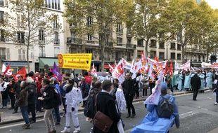 Jeudi 14 novembre, les soignants, médecins, infirmières, aide-soignants, chefs de service ont défilé à Paris pour défendre l'hôpital public.