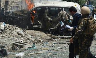 Des forces de sécurité afghanes sont sur le lieu d'un attentat contre un véhicule de l'OTAN à Kaboul, le 7 juillet 2015