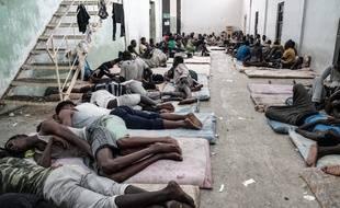 Des migrants détenus dans le centre de Zawiyah à 45 kilomètres de Tripoli en Libye.