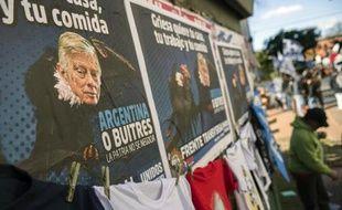 """Affiche sur un mur de Buenos Aires, le 12 août 2014, contre les décisions du juge américain Thomas Griesa en faveur des """"fonds vautours"""" qui ont spéculé sur la dette argentine en défault"""