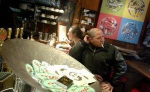 Contrairement à tous les zincs des cafés et autres brasseries de France, les planches en bois rouge de ce café branché de Lyon, dont s'échappent encore d'épaisses volutes de fumée, ont conservé leurs cendriers.