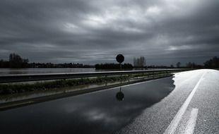 Une route inondée est photographiée près de Cadillac, dans le sud-ouest de la France, après le débordement de la Garonne à la suite de fortes pluies, le 3 février 2021.