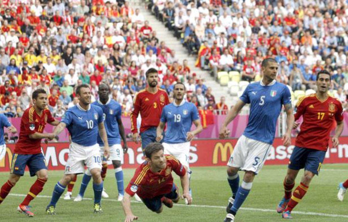 Xabi Alonso de l'équipe d'Espagne effectue une tête plongeante face à l'Italie, le 10 juin 2012 à Gdansk – CARDENAS/EFE/SIPA