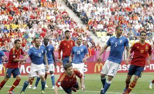 Xabi Alonso de l'équipe d'Espagne effectue une tête plongeante face à l'Italie, le 10 juin 2012 à Gdansk