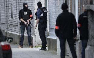 des policiers belges prennent position dans la commune de Forest.