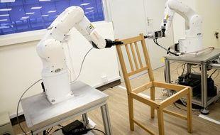 Un robot assemble une chaise Ikea.