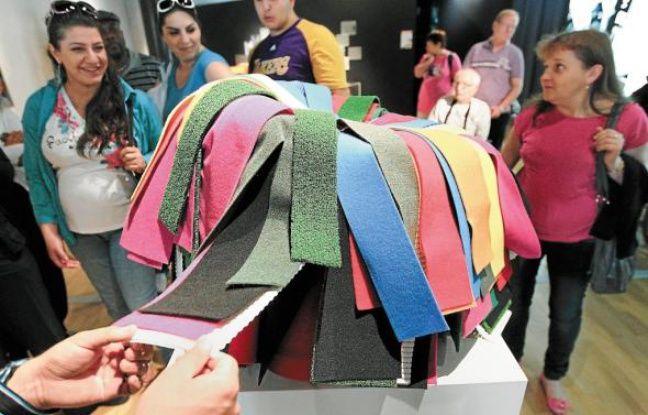 Les produits en matériaux recyclés suscitent la curiosité des visiteurs.