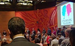 Une minute de silence, après des applaudissements et avant la Marseillaise, lors d'un hommage en ouverture du conseil municipal à Strasbourg, six jours après les fusillades.