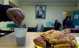 Les Restos du Coeur, qui ont servi depuis leur création par Coluche en 1985 un milliard de repas, lancent lundi leur vingt-troisième campagne avec l'objectif de nourrir sainement, une année encore, les plus démunis mais aussi de lutter contre la précarisation grandissante.