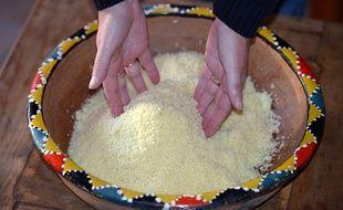Préparation de la semoule pour faire le couscous (illustration).
