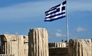 Le drapeau grec flotte sur l'Acropole à Athènes, le 12 février 2014