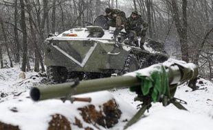 Des soldats ukrainiens le 16 février 2015 à un point de contrôle dans la ville de Svitlodarsk dans la région de Donetsk