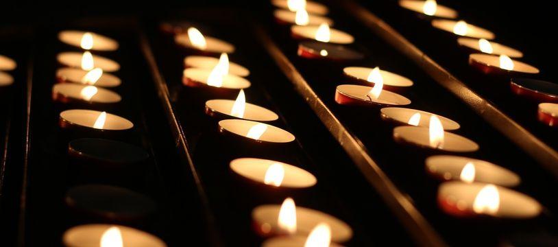 Des bougies dans une église (Illustration)