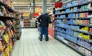 Un homme fait ses courses dans un supermarché à Lens.