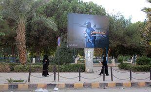 Des femmes déambulent en niqab dans les rues de Raqqa en Syrie le 1er novembre 2014