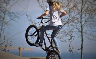 Une adolescente fait du sport (image d'illustration).