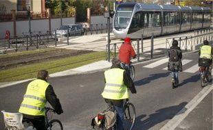 Les militants de l'association vélos déplorent les «discontinuités cyclables» le long de la ligne, qui les obligent parfois à rouler sur les voies des voitures.