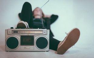 Une personne écoute la radio (image d'illustration).