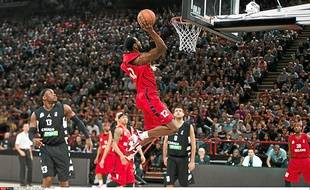 Ahmad Nivins part au dunk lors du dernier All Star Game dont il fut le meilleur marqueur (28 points).